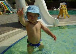 Маленький ребенок на отдыхе в Турции