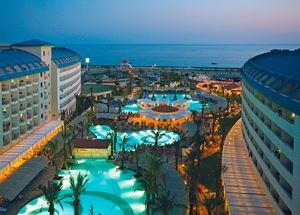 Отель в Сиде 5 звезд Crystal Admiral Resort Suites & Spa на первой линии ночью