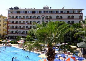 Вид на отель Aska Kleopatra Beste в Алании со стороны бассейна