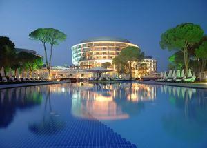 Вид на отель Calista Luxury Resort 5 звезд в Белеке ночью