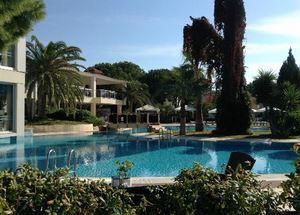 Сад и бассейн в отеле Jacaranda Club & Resort 4* в Белеке