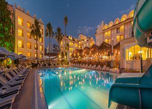 Вид на отель Julian Club 4 звезды со стороны бассейна ночью