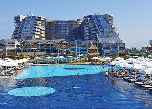Вид на здание отеля Limak Lara De Luxe Hotel & Resort 5* со стороны бассейна