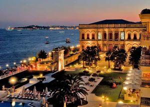 Вид на отель Ciragan Palace Hotel Kempinski в центре Стамбула