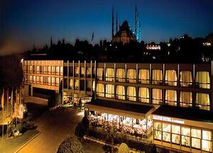 Вид на здание отеля Kalyon в Стамбуле ночью