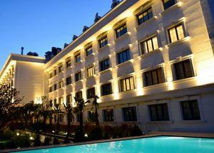 Вид на здание отеля Sura Hagia Sophia в Стамбуле со стороны бассейна