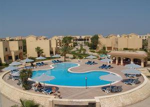 Вид со стороны бассейна на отель Hilton Hurghada Resort 5 звезд в Египте