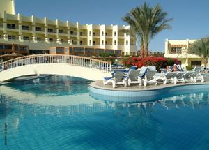Вид со стороны бассейна на отель 4 звезды Palm Beach Resort в Хургаде Египет