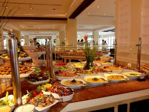 Шведский стол в ресторане отеля Steigenberger Al Dau Beach 5*