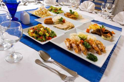 Накрытый стол в ресторане отеля Sindbad Beach Resort 4*