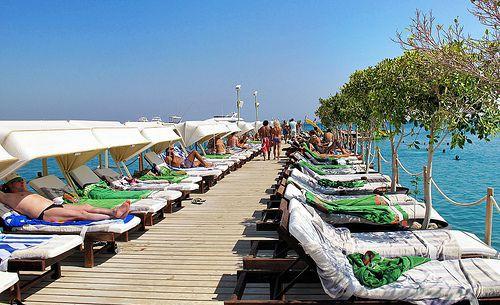 Лежаки на пляже Дрим Бич