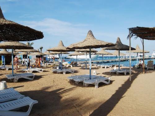 Шезлонги с зонтами на пляже Дрим Бич в Хургаде