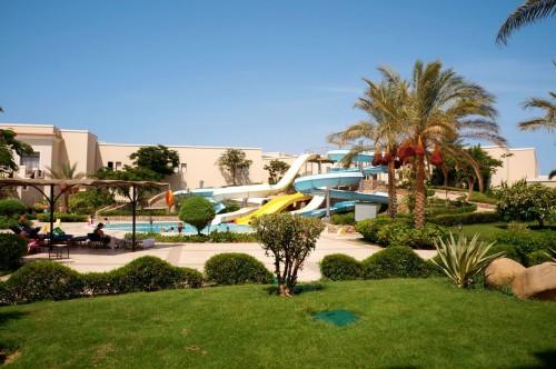 Вид на водные горки отеля Jaz Mirabel Park 5* из сада