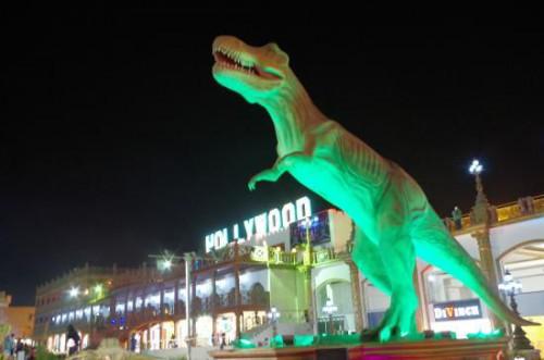 Тиранозавр в парке «Голливуд» в Шарм-эль Шейхе